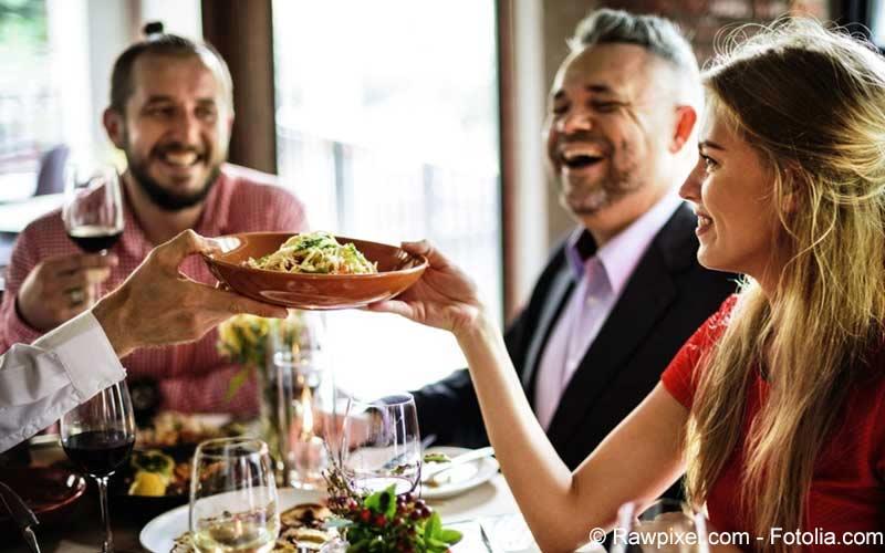 Personen essen zusammen