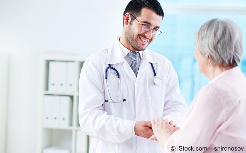 Arzt hält die Hand einer älteren Dame