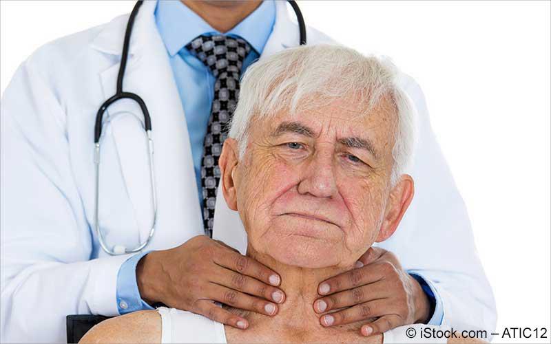 Arzt tastet Lymphdruesen ab