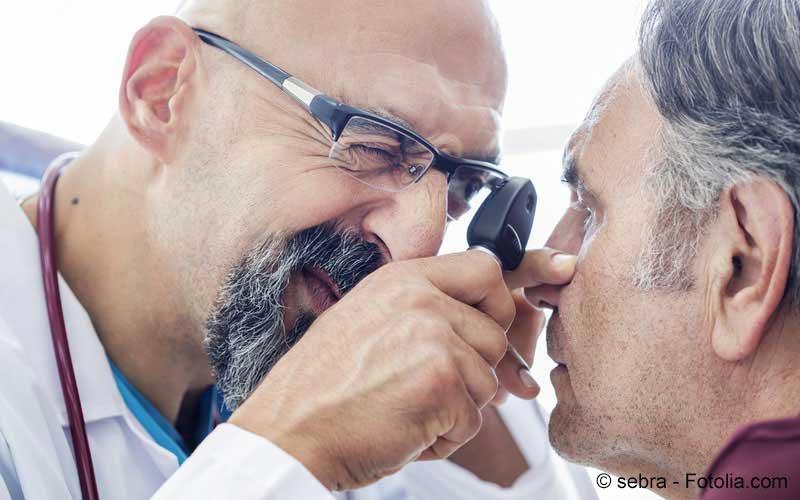 Arzt untersucht Auge