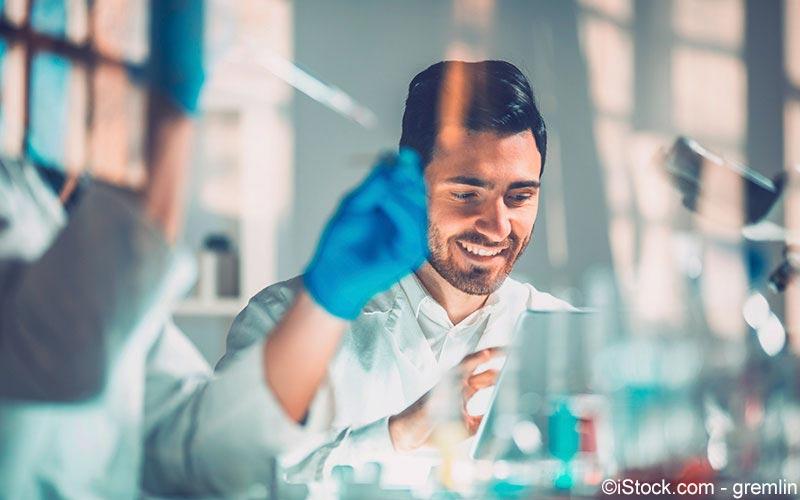 Forscher wertet Ergebnisse aus