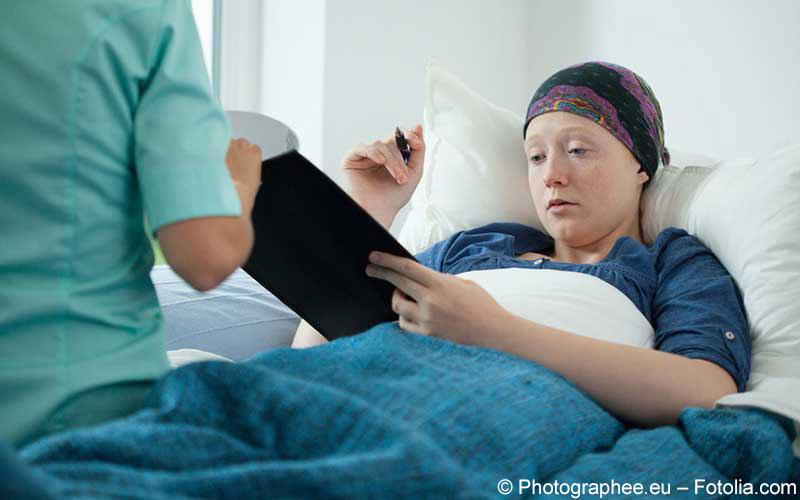 Krebskranke Frau im Krankenhausbett