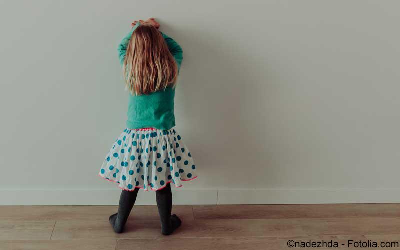 Kind an der Wand