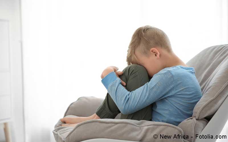 Kind auf Sofa
