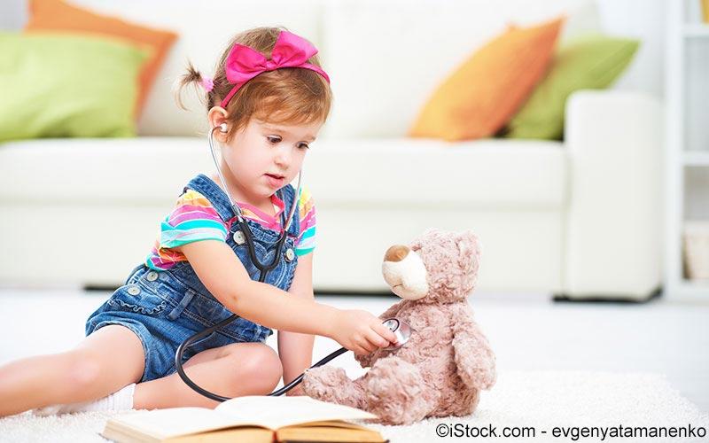 Kind spielt mit Stethoskop